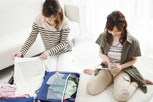 旅行の準備をする親子の写真素材 [FYI02931003]