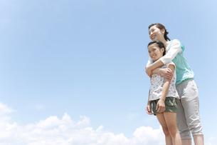 娘に抱きつく母親の写真素材 [FYI02931031]
