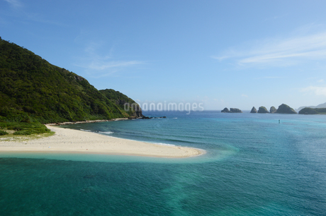 南国沖縄の白い砂浜とエメラルドグリーンの海の写真素材 [FYI02931045]