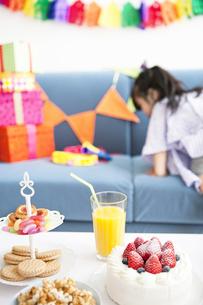 パーティーテーブルと女の子の写真素材 [FYI02931082]