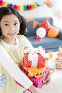 プレゼントを持つ女の子の写真素材 [FYI02931084]