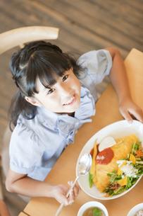 食事をする女の子の写真素材 [FYI02931113]