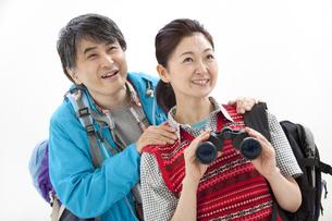 ハイキングをする中高年夫婦の写真素材 [FYI02931174]
