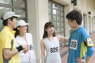 スポーツウェアを着た男女4人の写真素材 [FYI02931188]