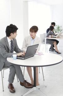 パソコンに向かうビジネス男女2人の写真素材 [FYI02931223]