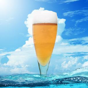 夏の空とビールの写真素材 [FYI02931257]