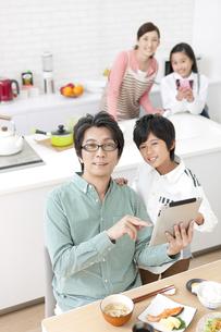 タブレットPCを見る父親と男の子の写真素材 [FYI02931258]