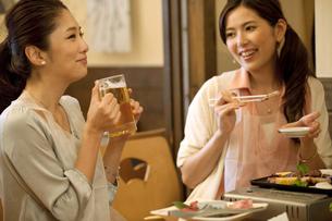 焼き肉を食べる女性2人の写真素材 [FYI02931275]