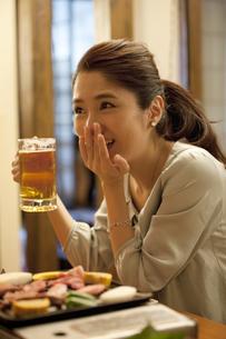 ビールジョッキを持つ女性の写真素材 [FYI02931278]