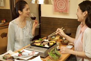 焼き肉を食べる女性2人の写真素材 [FYI02931280]