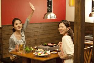 手を挙げている女性の写真素材 [FYI02931283]