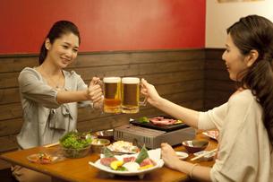 ビールで乾杯する女性2人の写真素材 [FYI02931284]