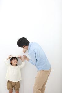 身長を測る親子の写真素材 [FYI02931302]