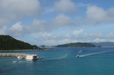 南国沖縄の海の港に向かう三隻の船の写真素材 [FYI02931306]