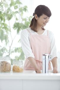 皿洗いをする女性の写真素材 [FYI02931311]