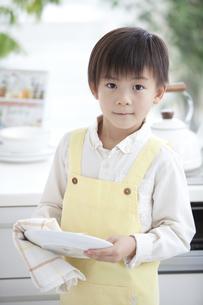 お皿を拭く男の子の写真素材 [FYI02931317]