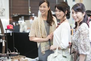 笑顔の中高年女性3人の写真素材 [FYI02931332]