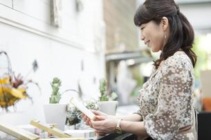 ショッピングをする中高年女性の写真素材 [FYI02931357]