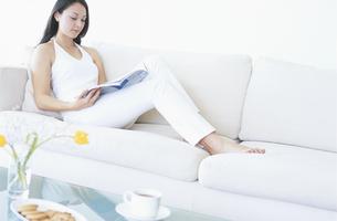 ソファーで読書をする女性の写真素材 [FYI02931403]