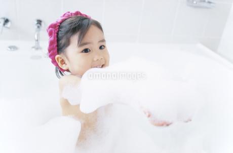 入浴する女の子の写真素材 [FYI02931406]