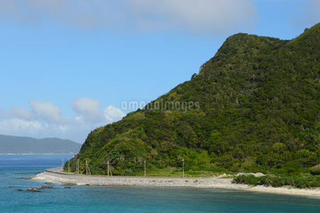 海岸線に道路のある島の写真素材 [FYI02931410]