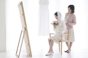 支度をする花嫁と母親の写真素材 [FYI02931425]