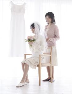 支度をする花嫁と母親の写真素材 [FYI02931429]