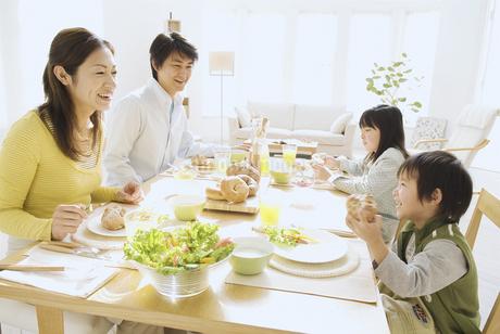 朝食を食べる家族4人の写真素材 [FYI02931468]