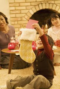 クリスマスプレゼントに喜ぶ男の子の写真素材 [FYI02931513]