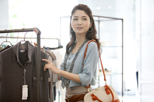 買い物をする女性の写真素材 [FYI02931537]