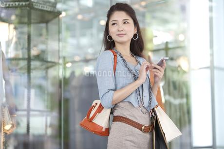 スマートフォンを操作している女性の写真素材 [FYI02931540]