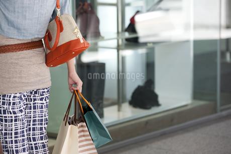 買い物袋を持つ女性の写真素材 [FYI02931541]
