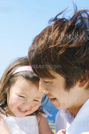 女の子を抱っこする父親の写真素材 [FYI02931573]