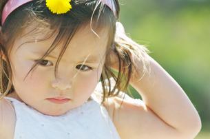 頭に手をあてる女の子の写真素材 [FYI02931582]