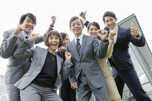 喜ぶビジネスマンとビジネスウーマン6人の写真素材 [FYI02931655]
