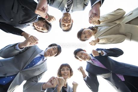 ガッツポーズをするビジネスマンとビジネスウーマン6人の写真素材 [FYI02931660]