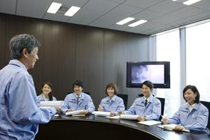 会議をする男女6人の写真素材 [FYI02931661]