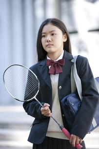 バドミントンのラケットを持つ女子校生の写真素材 [FYI02931671]