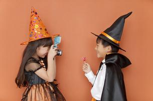 ハロウィンの衣装を着た男の子と女の子の写真素材 [FYI02931672]