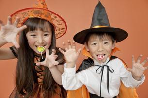 ハロウィンの衣装を着た男の子と女の子の写真素材 [FYI02931673]