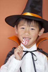 キャンディーを食べる男の子の写真素材 [FYI02931674]