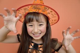 ハロウィンの衣装を着た女の子の写真素材 [FYI02931682]