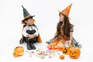 ハロウィンの衣装を着た男の子と女の子の写真素材 [FYI02931683]