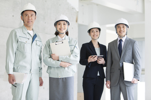 建設現場に立つ男女4人の写真素材 [FYI02931705]