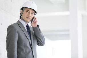 建設現場で電話をするビジネスマンの写真素材 [FYI02931712]