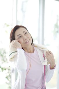 タオルで汗を拭く中高年女性の写真素材 [FYI02931721]