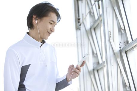 スマートフォンを操作する中高年男性の写真素材 [FYI02931723]