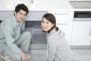 笑顔の女性と配管工の男性の写真素材 [FYI02931738]