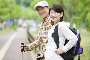 トレッキングをする中高年夫婦の写真素材 [FYI02931763]
