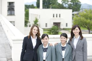 笑顔の女子校生と先生の写真素材 [FYI02931767]